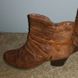 FLASH SALE BareTraps Roma  Booties Distressed 8 M
